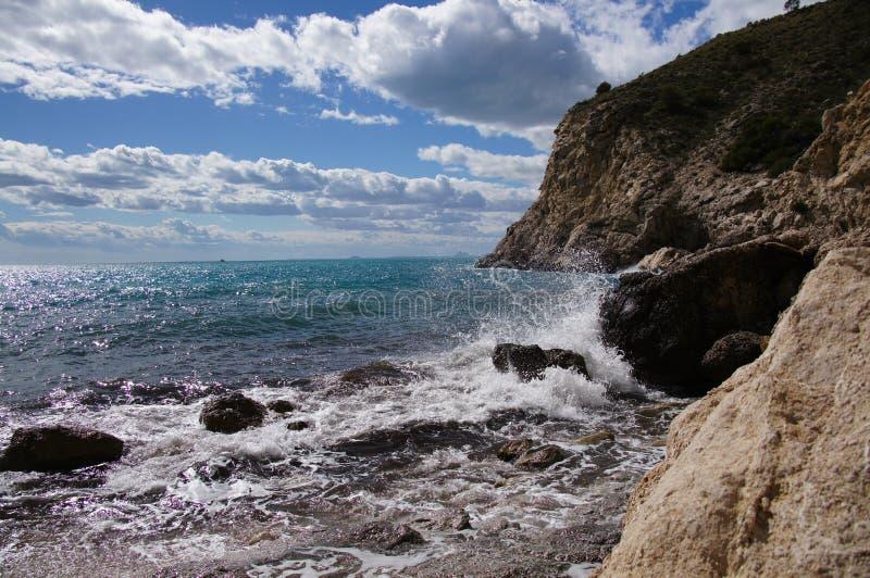 Acantilado y litoral Cala Conill stockbild