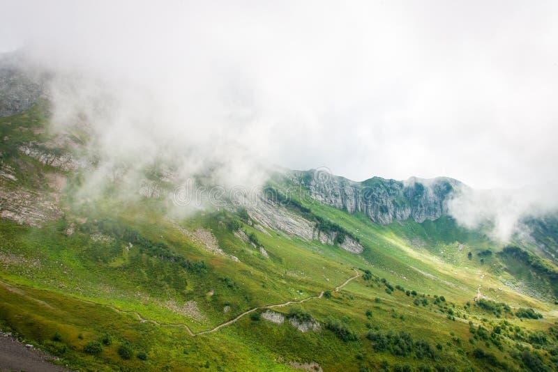 Acantilado y nubes de Rocky Mountains Paisaje sereno de la opinión aérea del viaje del paisaje imagen de archivo libre de regalías
