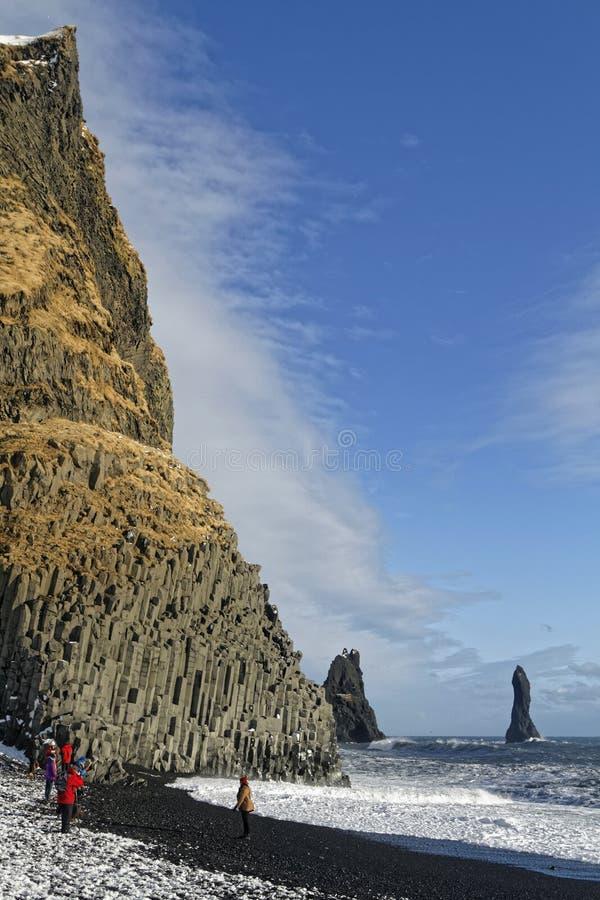 Acantilado y océano en Vik fotos de archivo