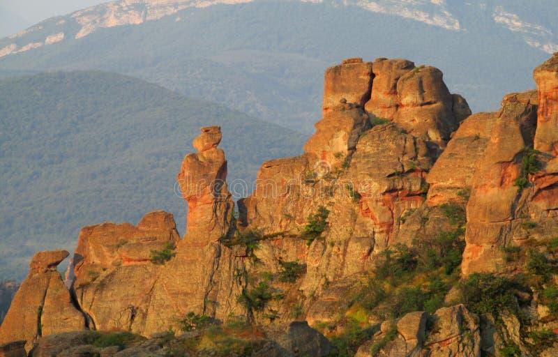 Acantilado y roca de piedra en Belogradchik, Bulgaria en puesta del sol foto de archivo