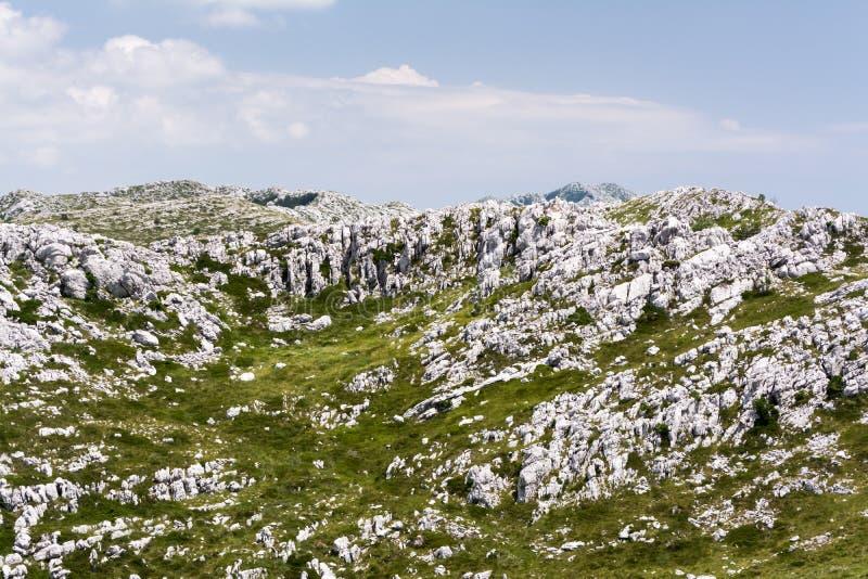 Acantilados acodados masivos de la piedra caliza en montaña foto de archivo