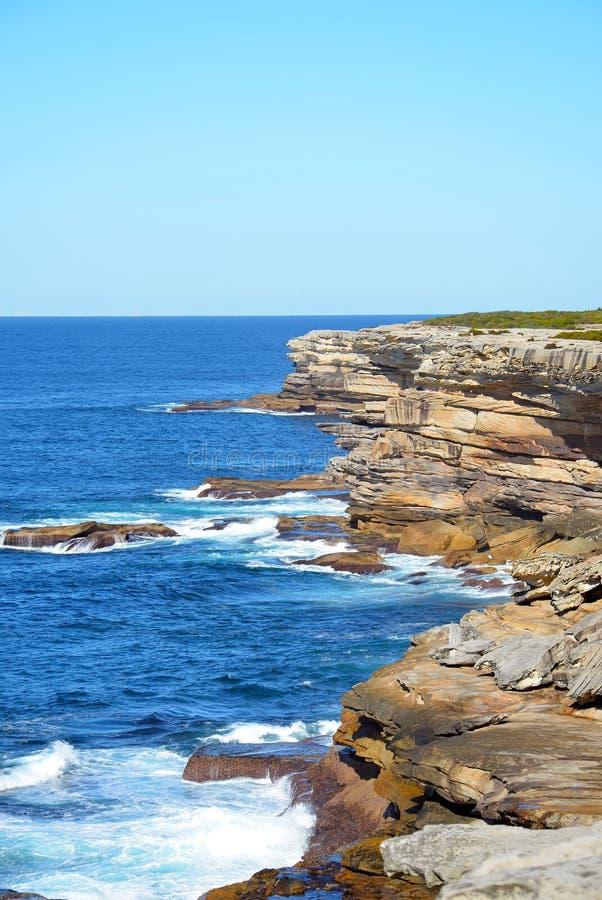 Acantilados costeros rocosos fotografía de archivo