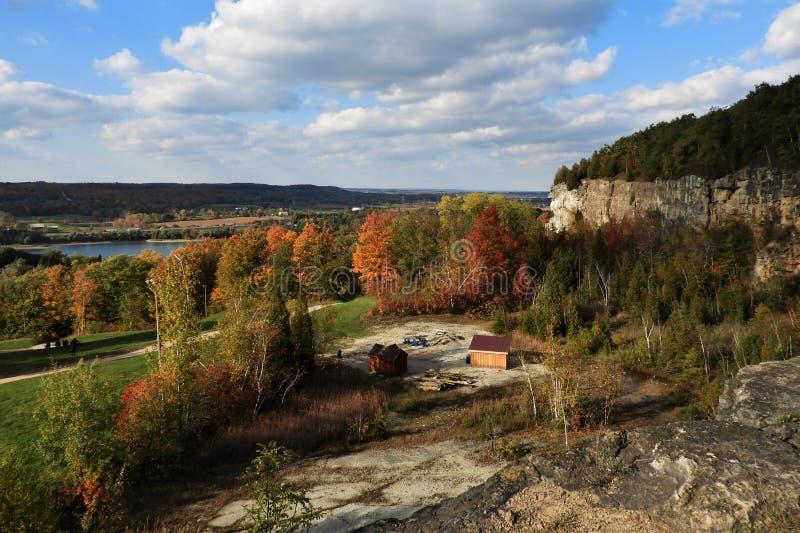 Acantilados de la escarpa de Niágara en otoño fotografía de archivo