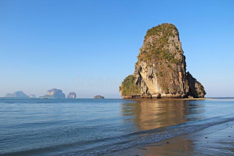 Acantilados de la playa y de la piedra caliza de Phra Nang en Krabi Railay, mar de Andaman, Tailandia fotografía de archivo libre de regalías