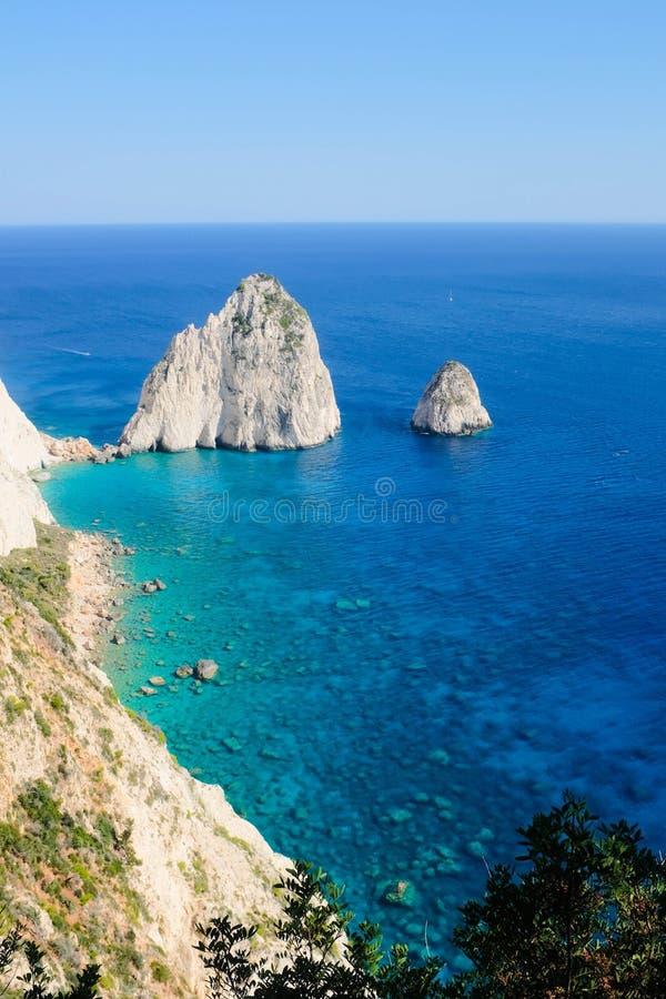 Acantilados de Mezithres y mar iónico azul claro en Keri, Zakynthos Grecia foto de archivo