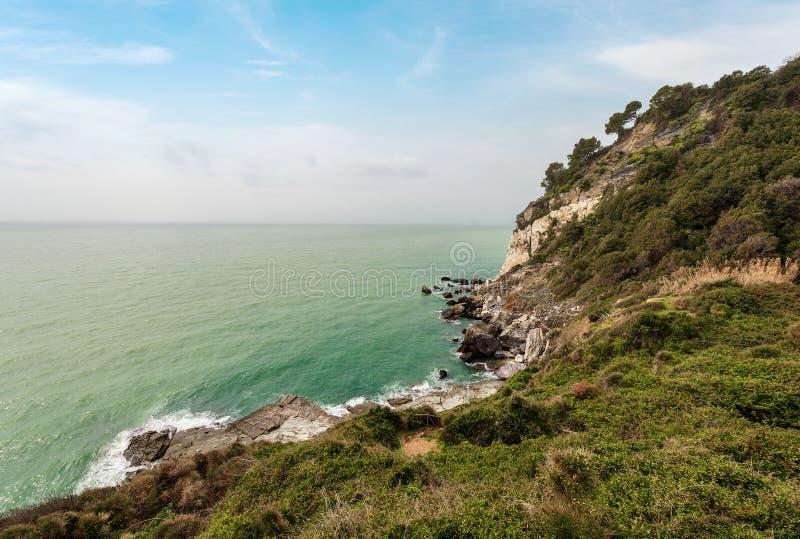 Acantilados en el golfo del La Spezia - Punta Bianca Italy fotografía de archivo libre de regalías