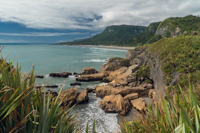 Acantilados en el océano y el cielo nublado, paisaje hermoso de Nueva Zelanda fotografía de archivo