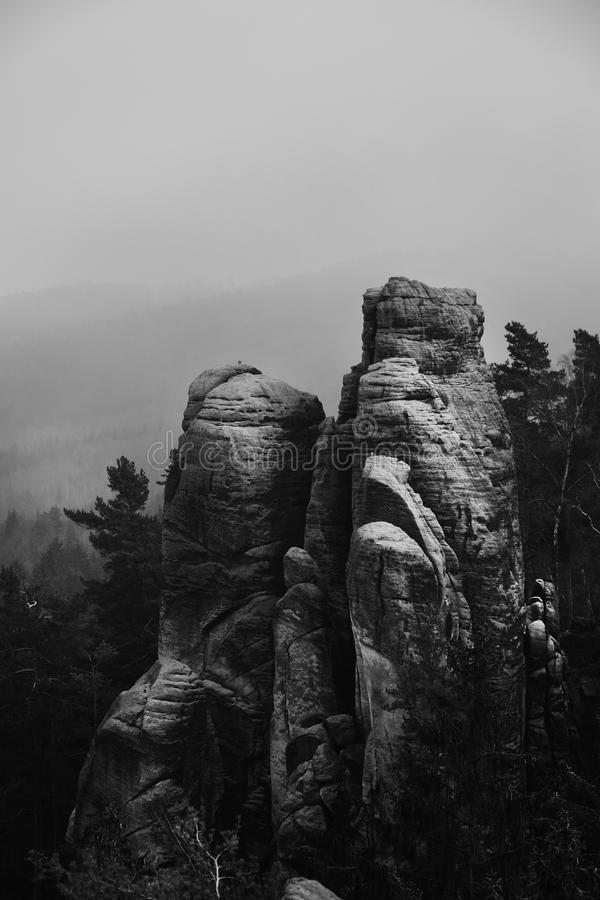 Acantilados en el paraíso bohemio - las rocas de la piedra arenisca de Prachov - blanco y negro imágenes de archivo libres de regalías