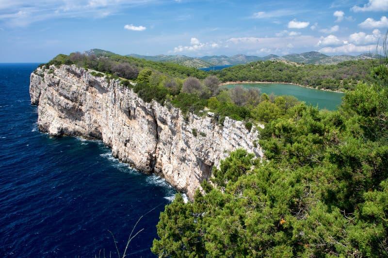 Acantilados en el parque nacional Telascica, mar adriático, Croacia fotografía de archivo