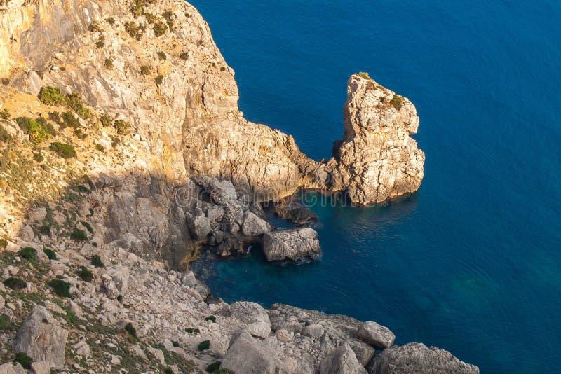 Acantilados en la costa del norte de Mallorca imagen de archivo libre de regalías