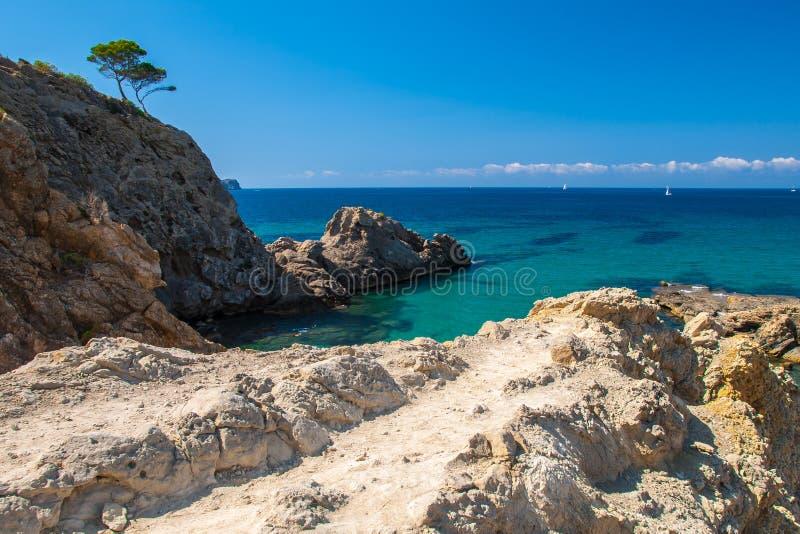 Acantilados en la costa sur de Mallorca imagenes de archivo