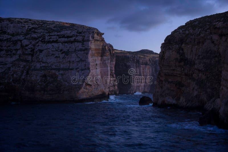 Acantilados en la isla de Gozo en la oscuridad Invierno, Malta fotografía de archivo