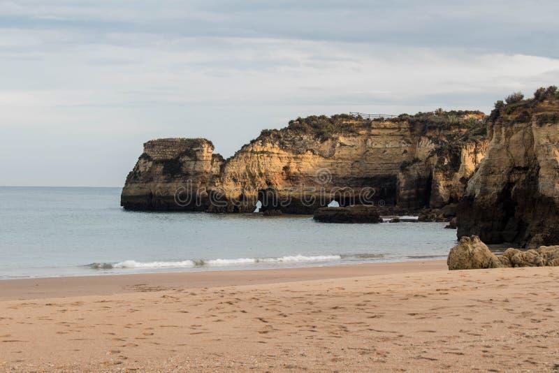 Acantilados en la playa de la batata en Lagos, Portugal imagen de archivo