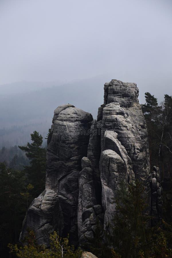 Acantilados en paraíso bohemio - las rocas de la piedra arenisca de Prachov fotos de archivo