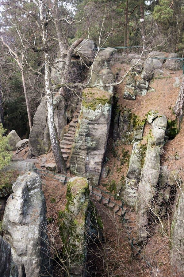 Acantilados en paraíso bohemio - las rocas de la piedra arenisca de Prachov - escalera imagenes de archivo