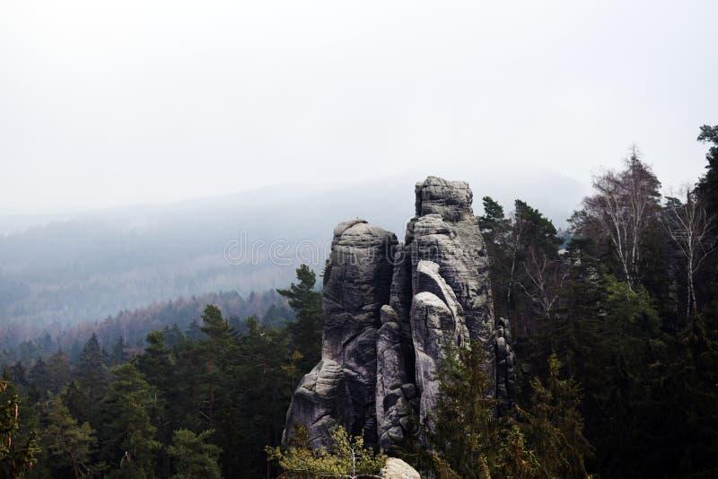 Acantilados en paraíso bohemio - las rocas de la piedra arenisca de Prachov - paisaje foto de archivo