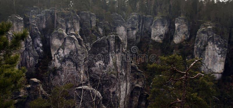 Acantilados en paraíso bohemio - las rocas de la piedra arenisca de Prachov - paisaje imágenes de archivo libres de regalías