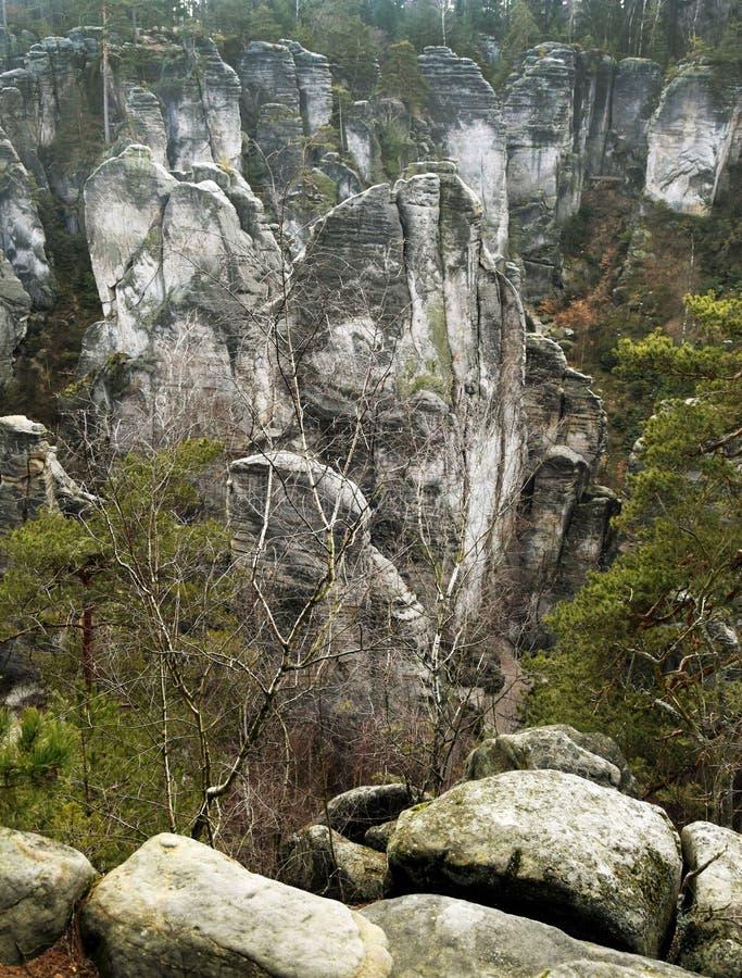 Acantilados en paraíso bohemio - las rocas de la piedra arenisca de Prachov - paisaje fotos de archivo