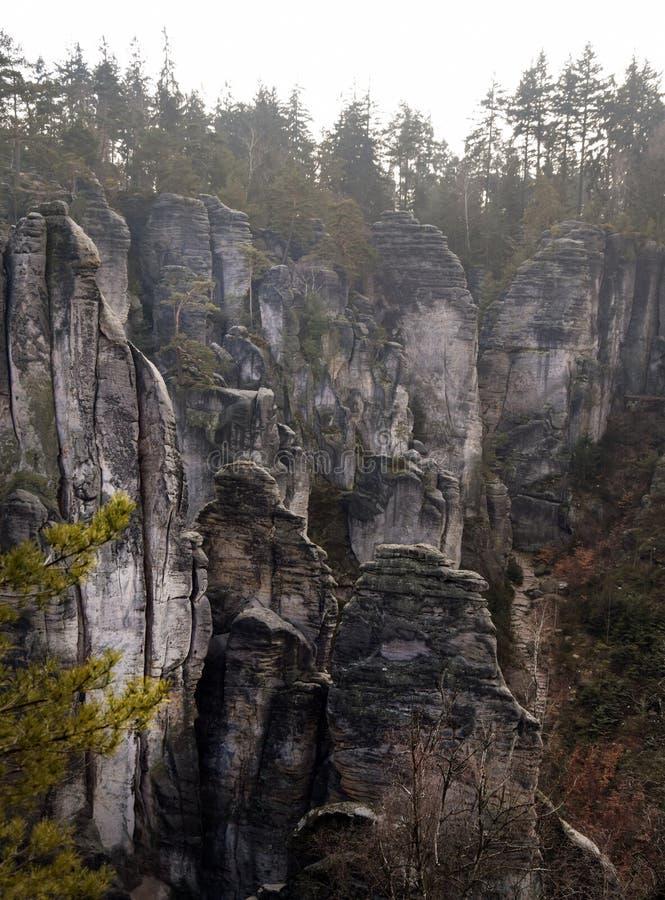 Acantilados en paraíso bohemio - las rocas de la piedra arenisca de Prachov - paisaje imagen de archivo libre de regalías