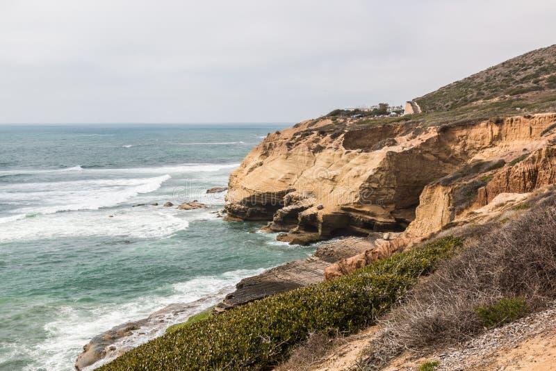 Acantilados erosionados a lo largo del océano en el punto Loma Tide Pools imagen de archivo