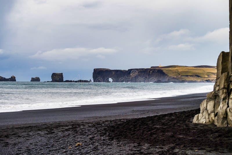 Acantilados famosos de Reynisdrangar en la costa sur de Islandia imagen de archivo libre de regalías