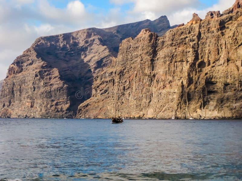 Acantilados gigantes en el océano fotos de archivo