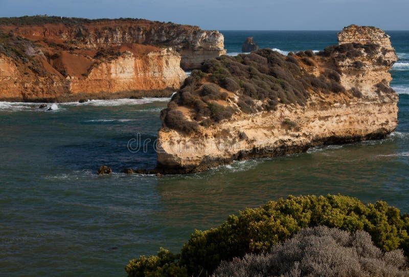 Acantilados masivos en la bahía de las islas en el gran camino del océano en Australia foto de archivo