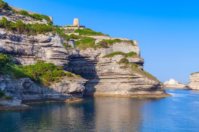 Acantilados rocosos con el fuerte viejo de Bonifacio, Córcega fotografía de archivo libre de regalías