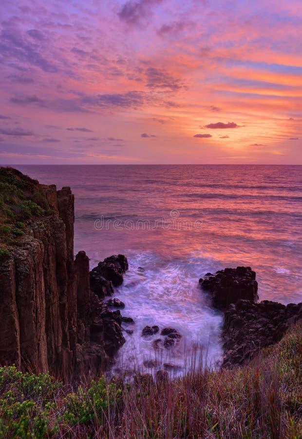 Acantilados volcánicos imponentes del mar de los puntos culminantes hermosos de la salida del sol foto de archivo libre de regalías