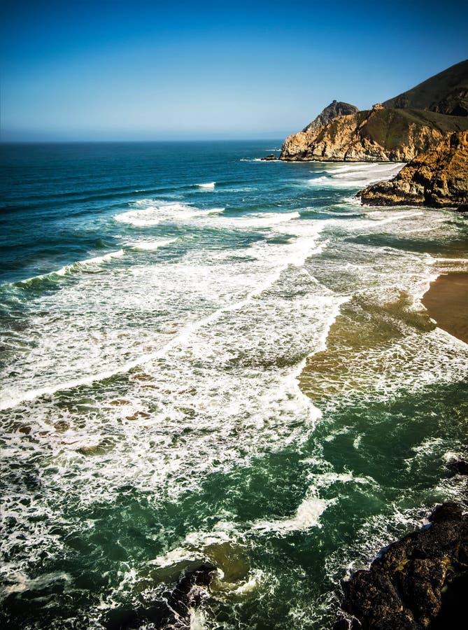 Acantilados y Costa del Pacífico escarpados de la diapositiva del ` s del diablo en San Mateo County fotografía de archivo