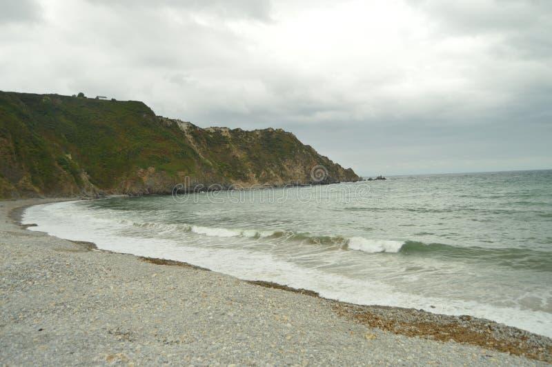 Acantilados y orilla hermosos de piedras en la playa de Mills In Barcia 30 de julio de 2015 Playa de Los Molinos, Barcia, Asturia imagen de archivo libre de regalías