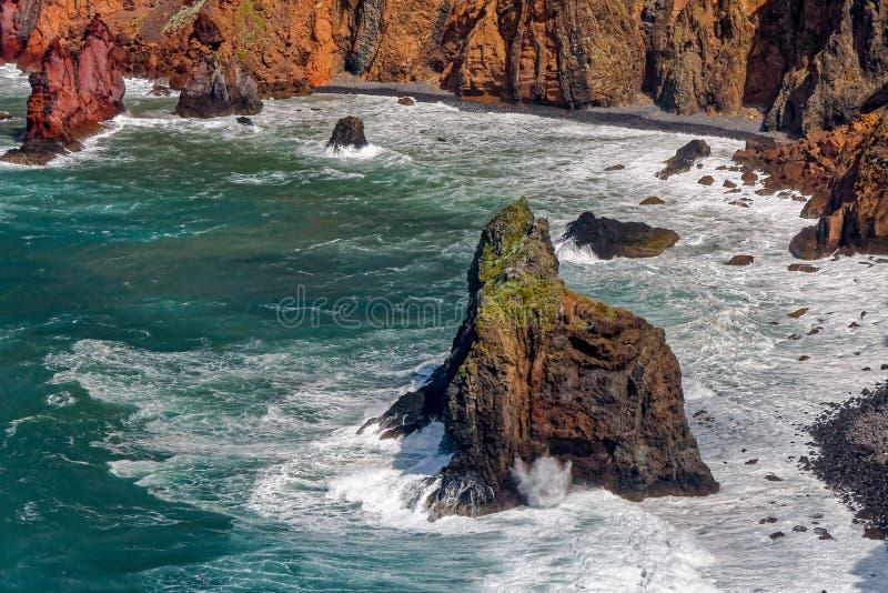 Acantilados y rocas en St Lawrence en Madeira que muestra verti inusual imágenes de archivo libres de regalías