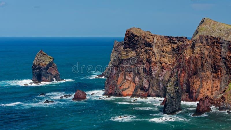 Acantilados y rocas en St Lawrence en Madeira que muestra verti inusual fotos de archivo
