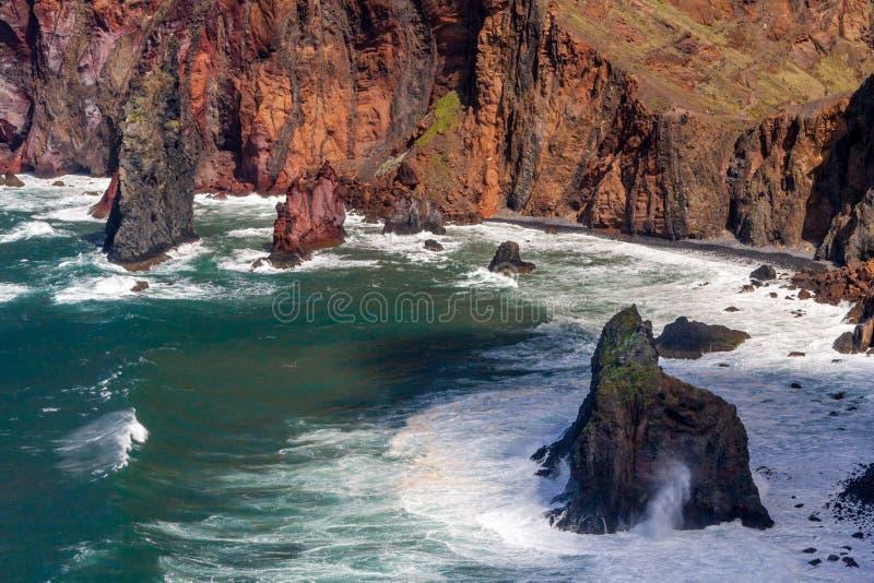 Acantilados y rocas en St Lawrence en Madeira que muestra verti inusual foto de archivo