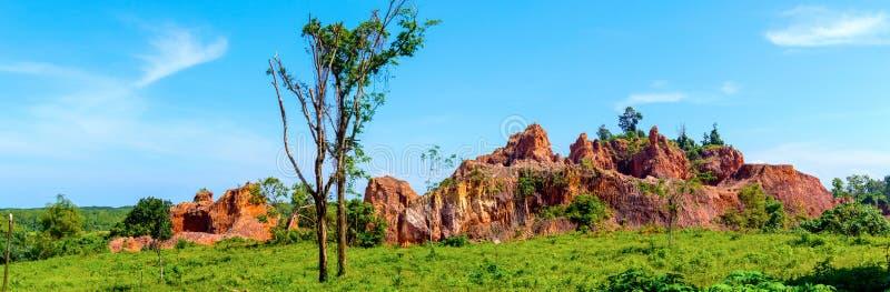 Acantilados y rocas en zona rural en Tailandia Piedra e hierbas con la flora Visión panorámica foto de archivo