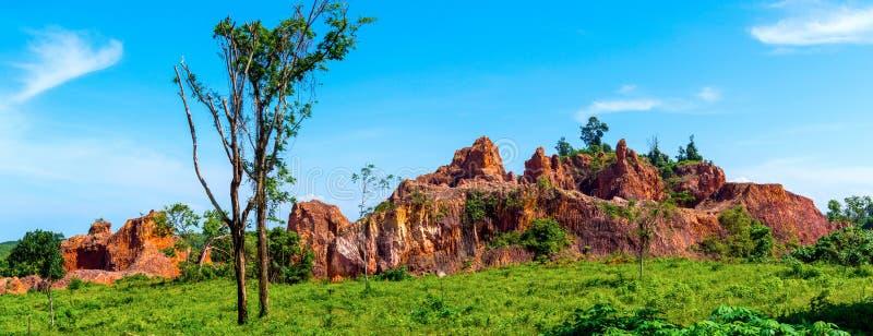 Acantilados y rocas en zona rural en Tailandia Wi de la piedra y de las hierbas fotos de archivo