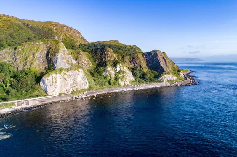 Acantilados y ruta costera del terraplén, Irlanda del Norte, Reino Unido fotografía de archivo libre de regalías