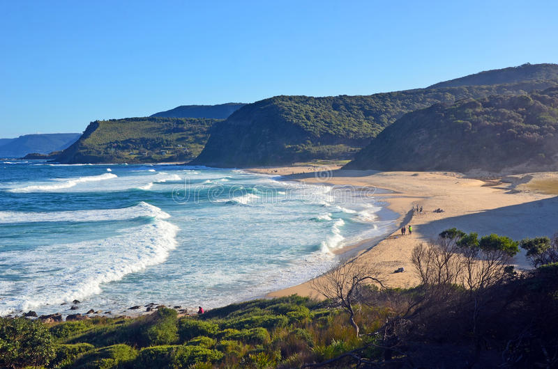 Acantilados y vegetación que rodean la playa de Garie fotos de archivo libres de regalías