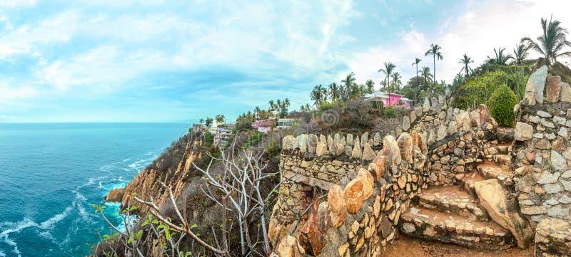 Acapulco wybrzeże z błękitnym morzem z falezami w pogodnym popołudniu obrazy royalty free
