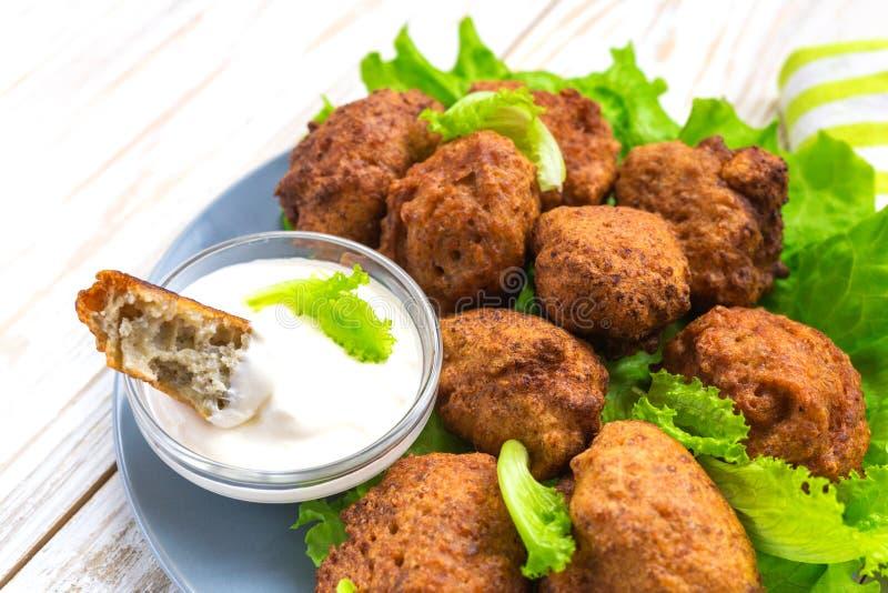 Acaraje ou petisco de akara com salada verde e creme de leite imagem de stock