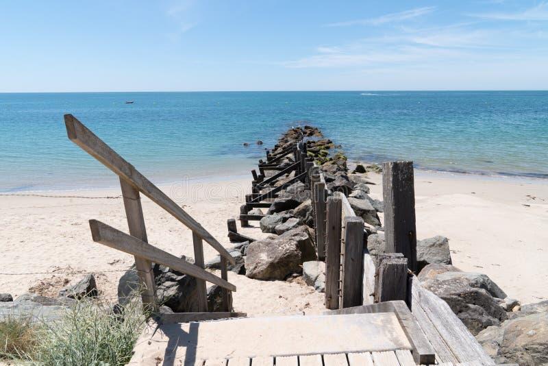 Accès par petit-déjeuner et par chemin en bois à la plage de dunes de sable de l'île de Vendée Noirmoutier France image libre de droits