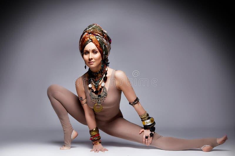 Acc för dräkt för kläder för sport för härliga sexiga kläder för ung kvinna blonda mager arkivfoton