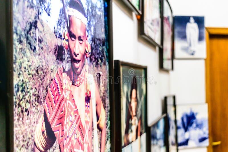 Accademia delle belle arti, Calcutta, India 1° maggio 2019 - offuschi e chiuda su dei materiali illustrativi in parete del corrid fotografia stock