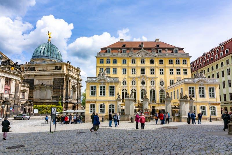 Accademia delle Belle Arti e ristorante di Coselpalais nella piazza di Neumarkt, Dresda, Germania immagine stock