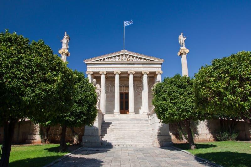 Accademia di Atene con il monumento di Socrates e di Platone. immagini stock libere da diritti