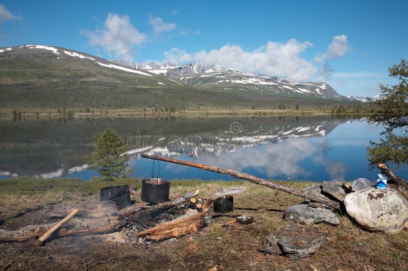 Accampamento vicino al lago fotografia stock libera da diritti