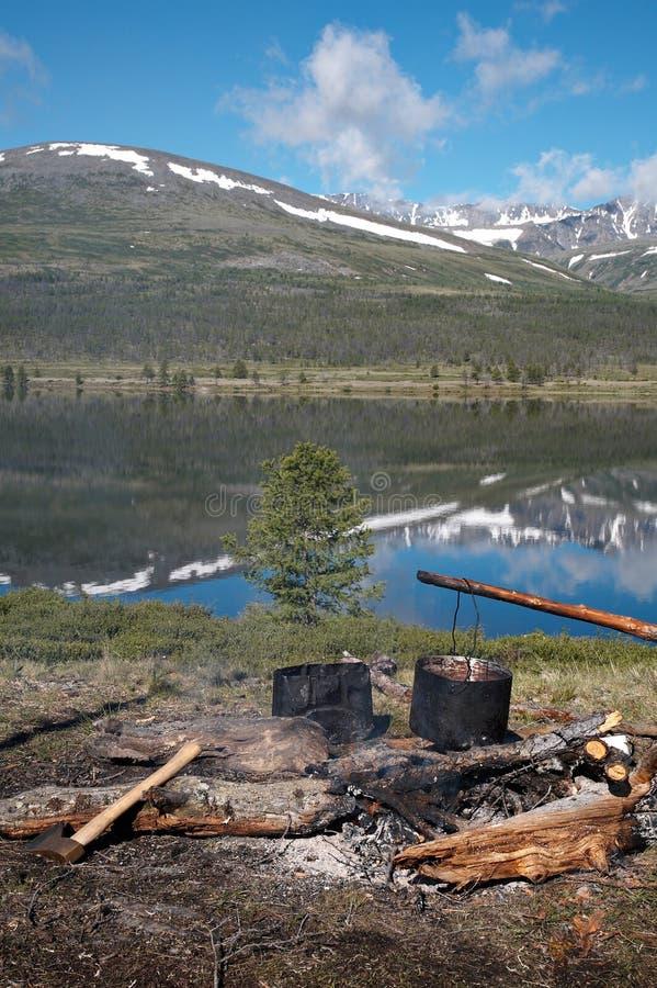 Accampamento vicino al lago fotografie stock libere da diritti