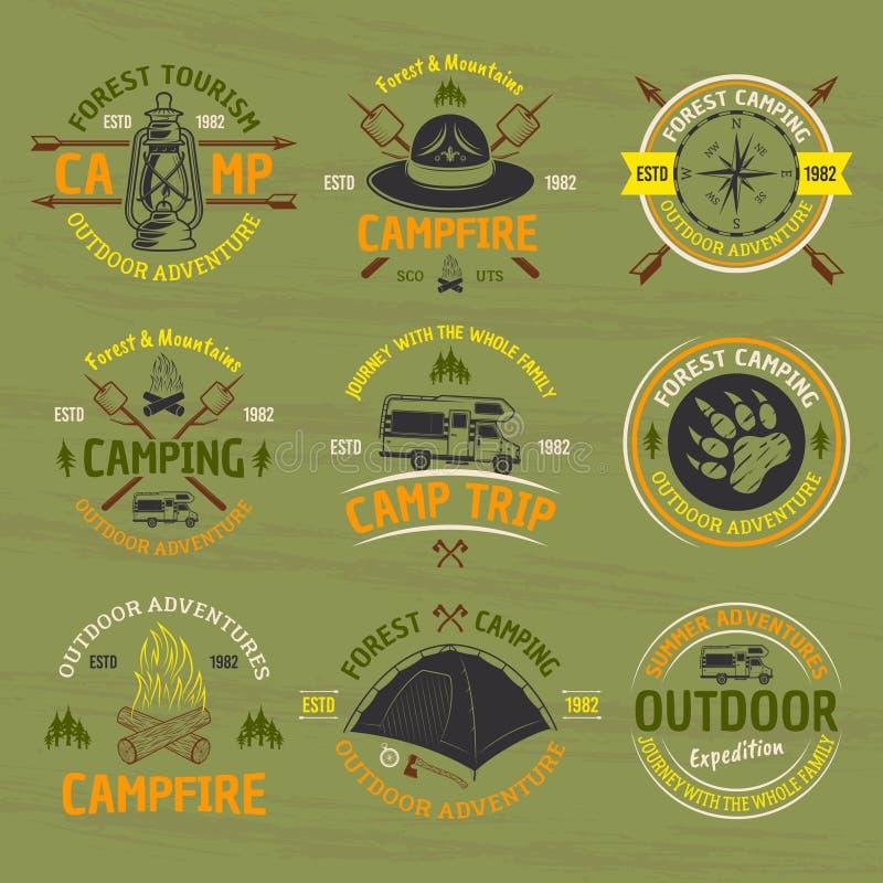 Accampandosi, emblemi colorati vettore all'aperto di avventura illustrazione vettoriale