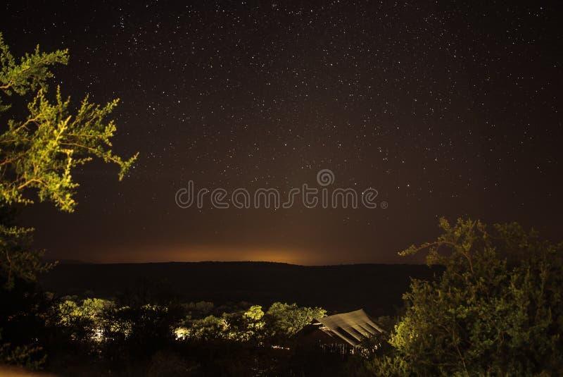 Accampandosi nel cespuglio aperto nel Sudafrica con la bella notte stellata fotografie stock
