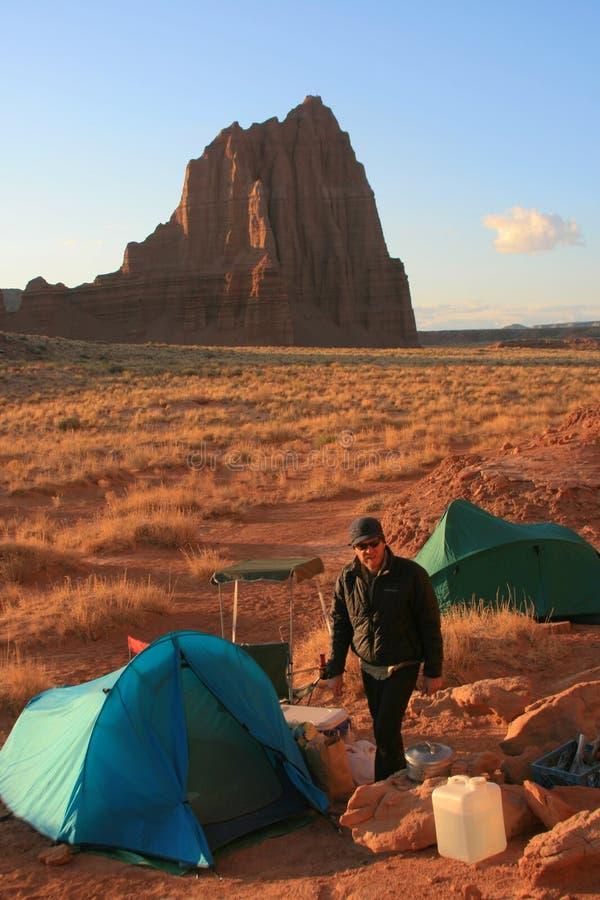 Accampandosi nel deserto fotografia stock libera da diritti